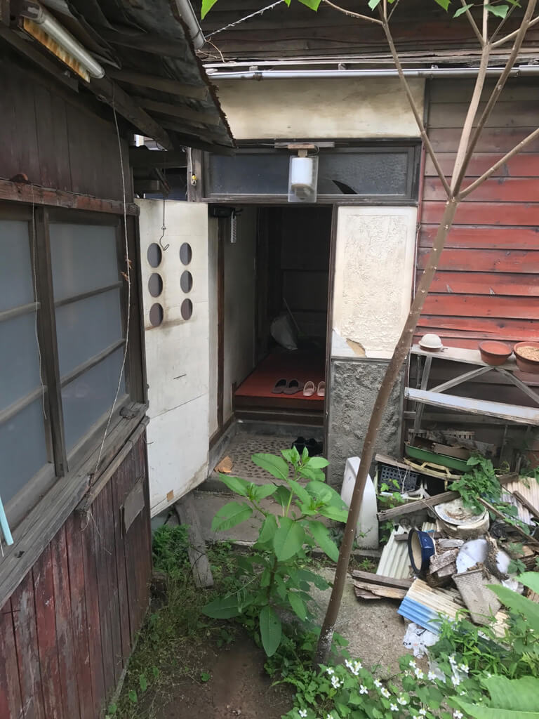 成田東 ゴミの家 再建築不可の家 玄関入り口