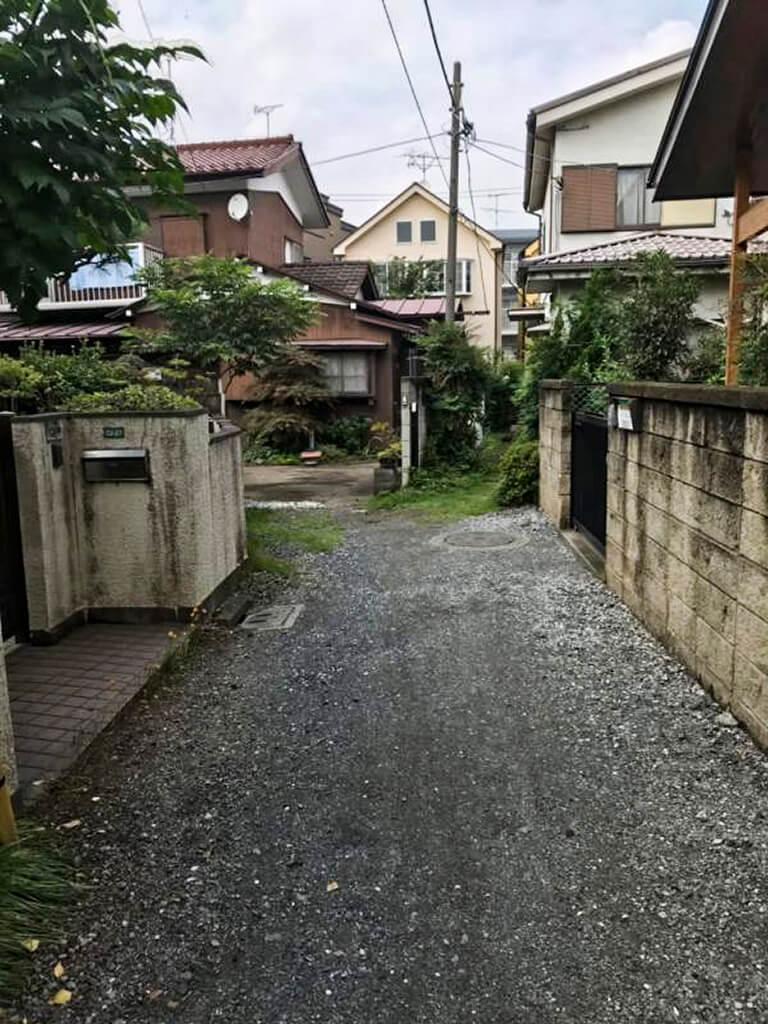 狛江 細く長い私道の突き当りの戸建